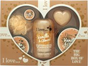 I Love... A Big Box Of Love Vanilla and Almond Gavesæt 500ml Bubble Bath + 100ml Sugar Scrub + 100ml Body Butter + 10ml Lip Balm + 60g Soap + Sponge